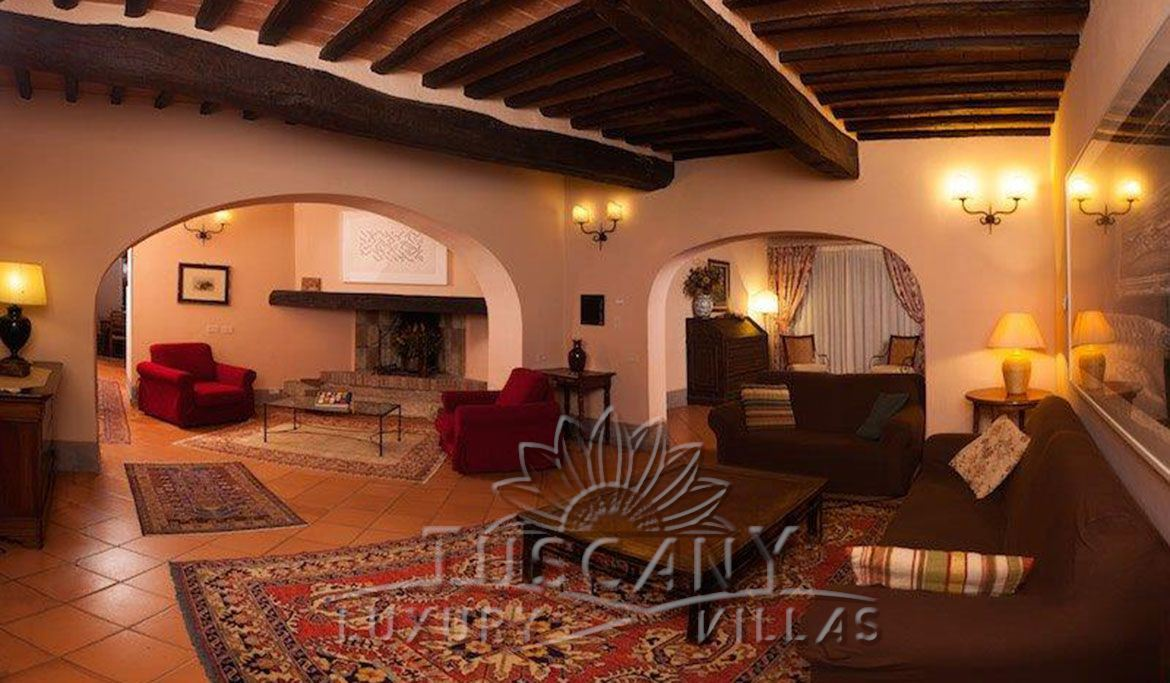 Elegant Tuscan farmhouse near Montepulciano with vineyards and olive grove: Internal view