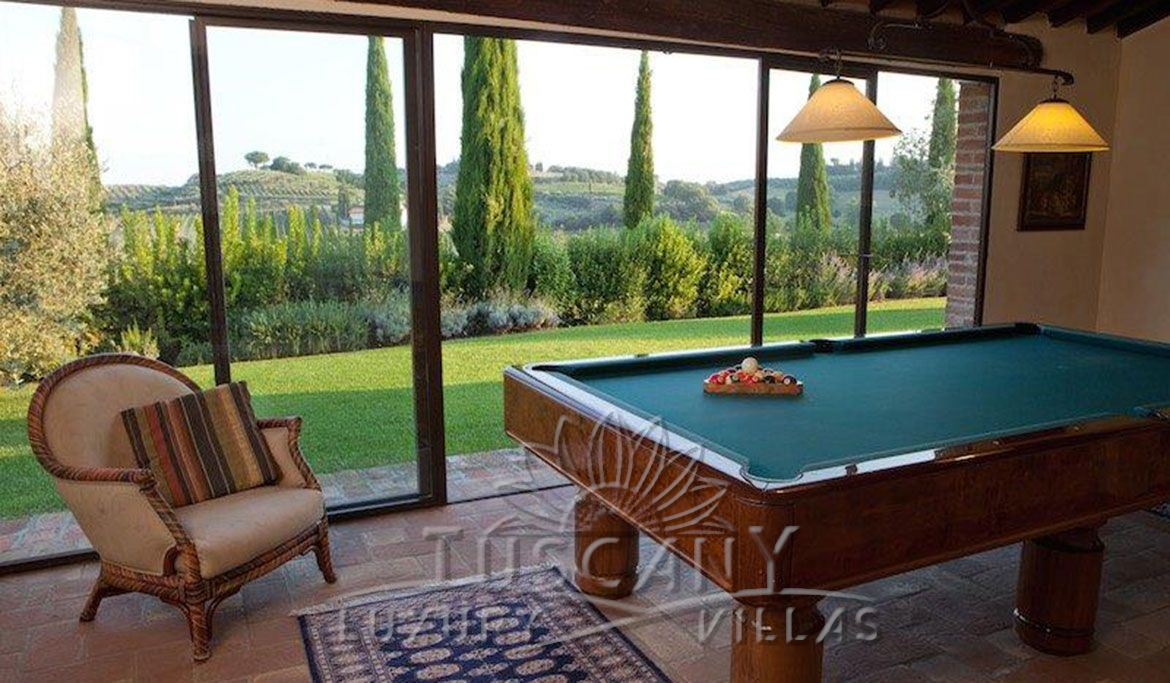 Elegant Tuscan farmhouse near Montepulciano with vineyards and olive grove: service