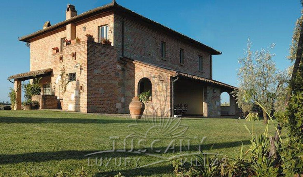 Elegant villa for sale few mintues from Montepulciano with vineyards and pool