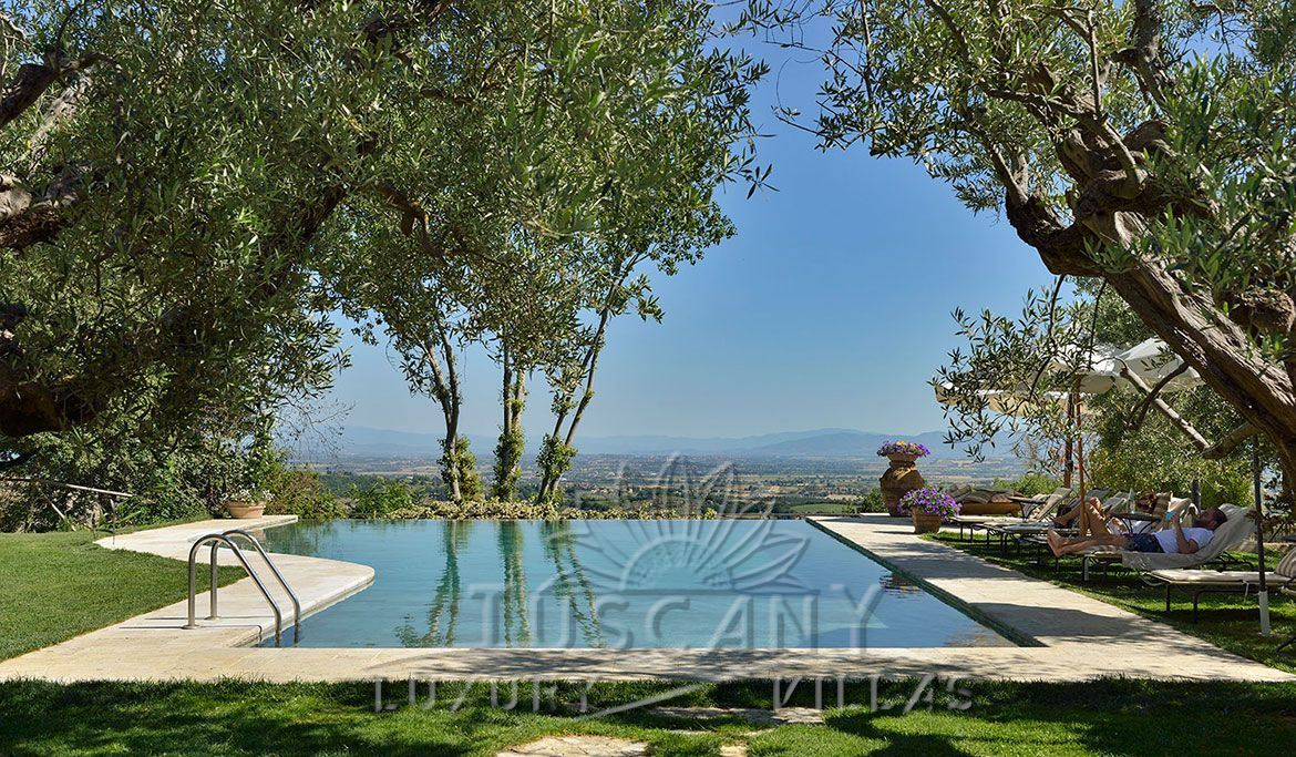 Luxury resort for sale near Montepulciano with stunning panoramic view: Outside view