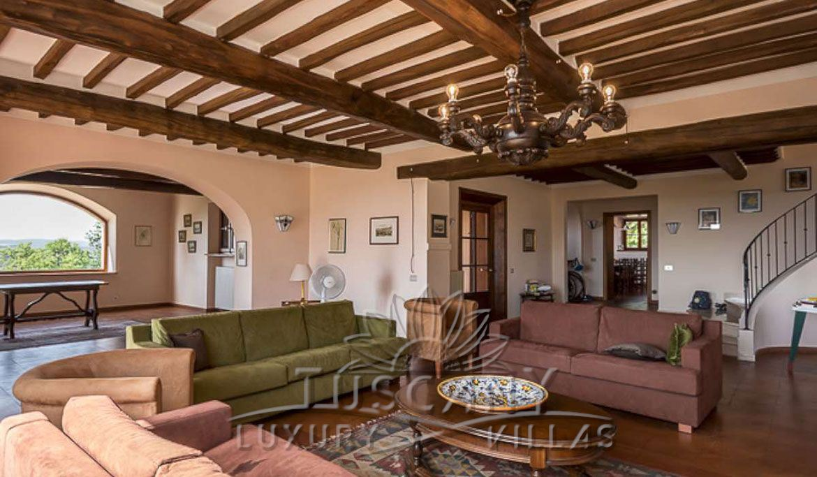 Farmhouse for sale near Montepulciano in a panoramic position with 5,5 hectares: Entrance hall