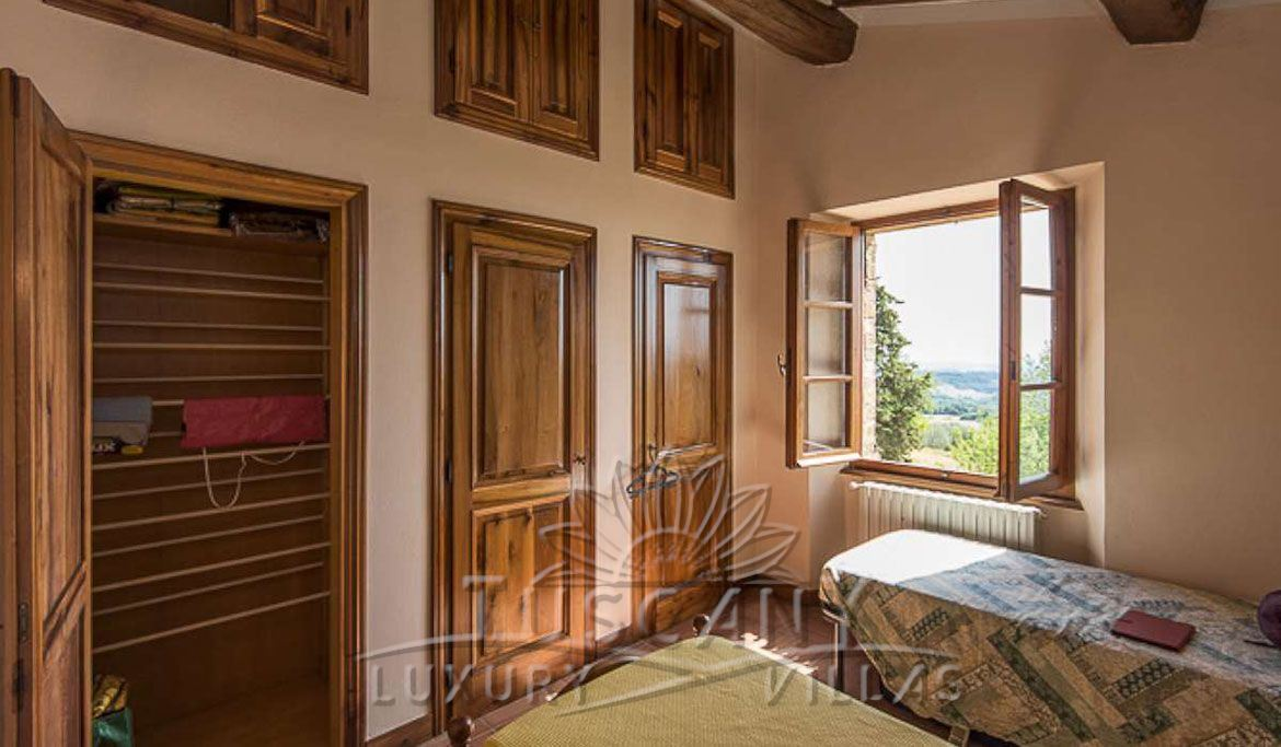 Farmhouse for sale near Montepulciano in a panoramic position with 5,5 hectares: Double room