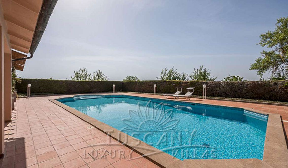 Farmhouse for sale near Montepulciano in a panoramic position with 5,5 hectares: Swimming pool