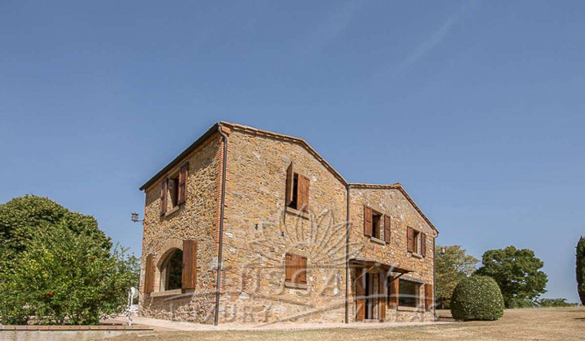 Farmhouse for sale near Montepulciano in a panoramic position with 5,5 hectares: Outside view