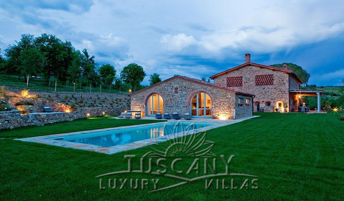 Wonderful farmhouse for sale in Chianti with pool and garden: Outside view