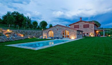 Wonderful farmhouse for sale in Chianti with pool and garden