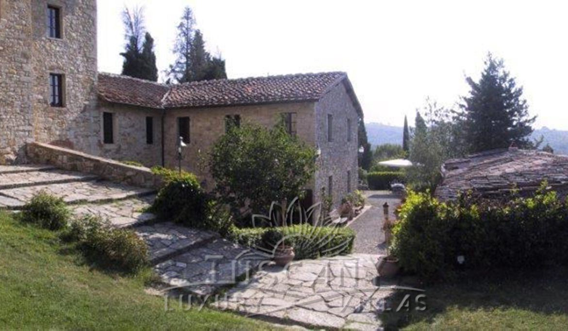 Magnificent property for sale in the heart of Chianti with pool, vineyards and olive groves