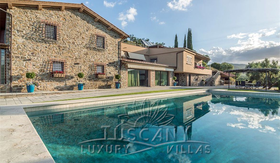 Magnificent property for sale in Tuscan countryside with 2 pool, vineyards and cellar