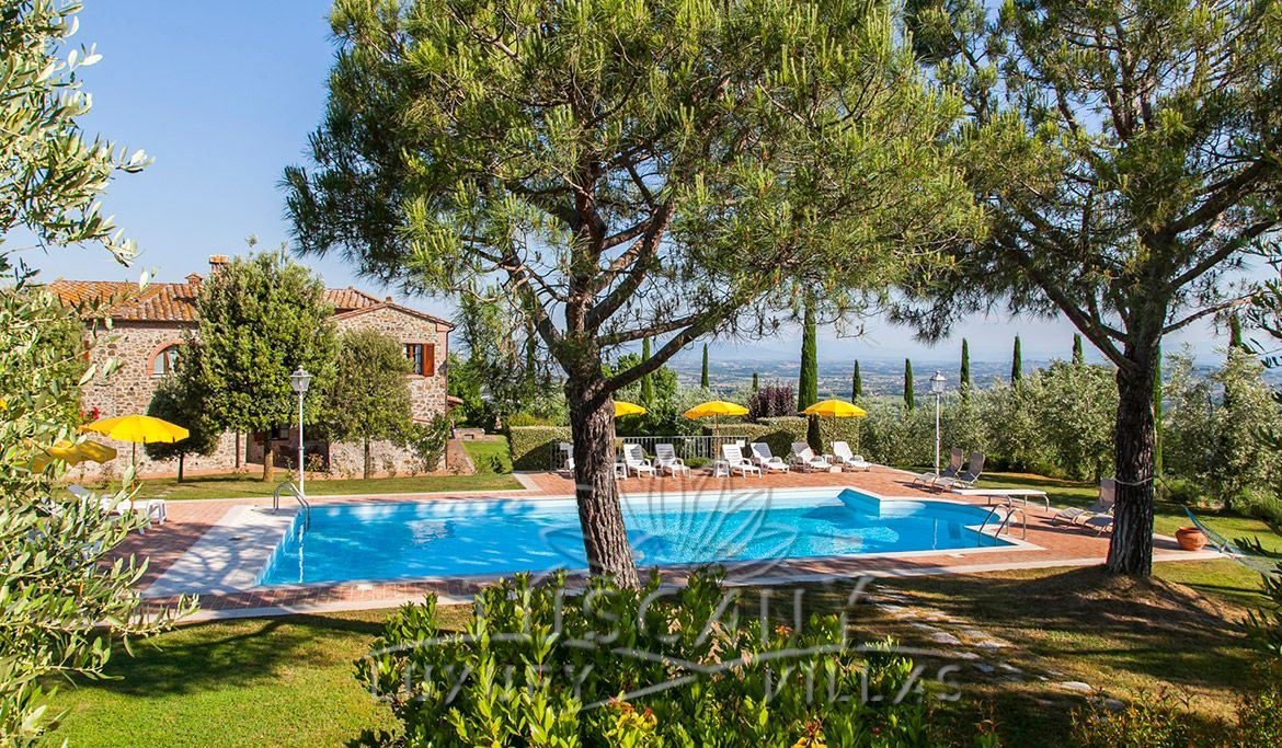 Beautiful country estate for sale near Montepulciano with pool and farm