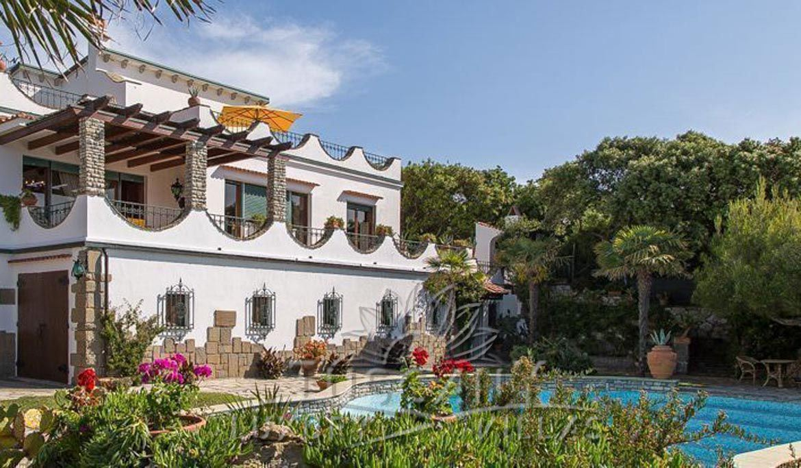 Seafront luxury villa for sale in Castiglioncello with pool and park