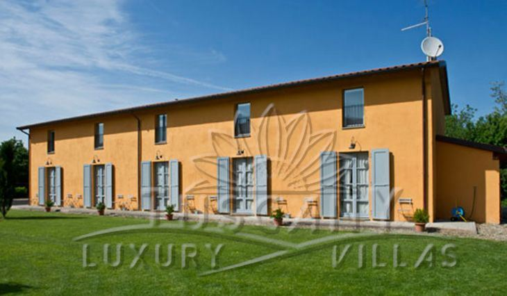 Luxury farmhouse for sale in Arezzo consists of 2 villas surrounded by a park