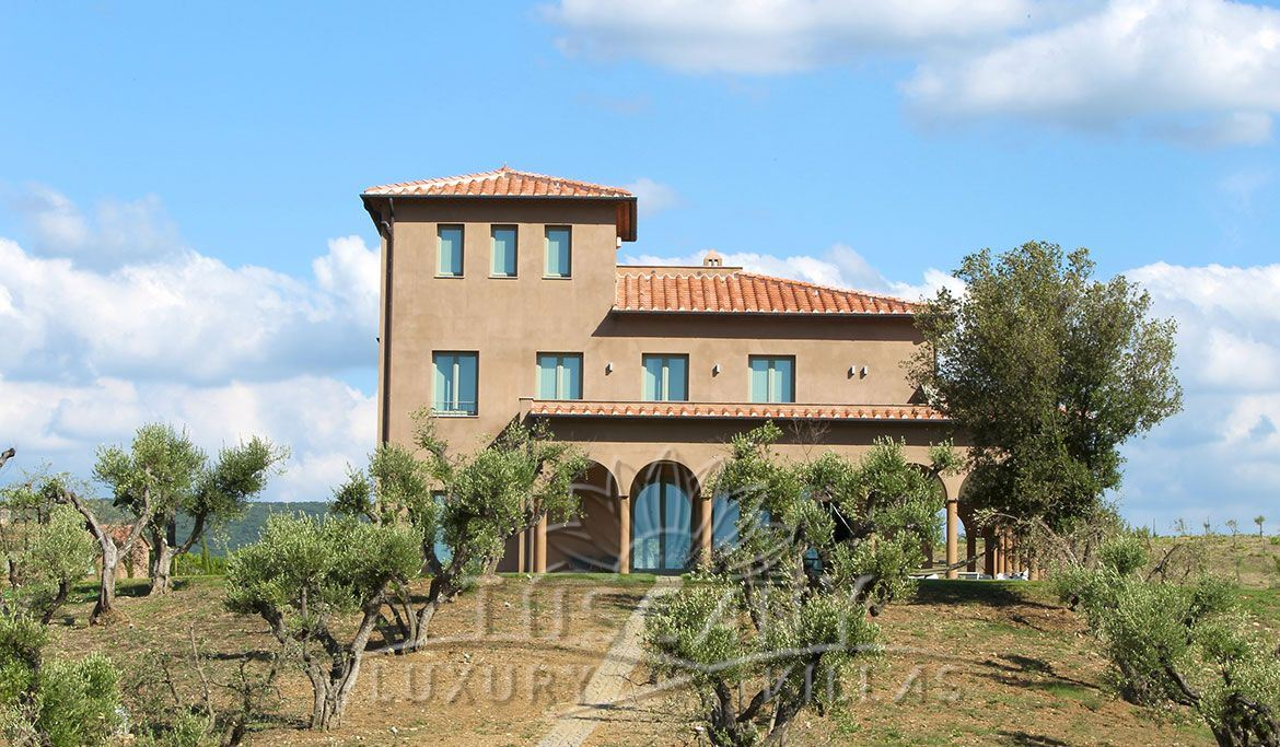Beautiful villa for sale in Massa Marittima with pool and olive grove: Outside view