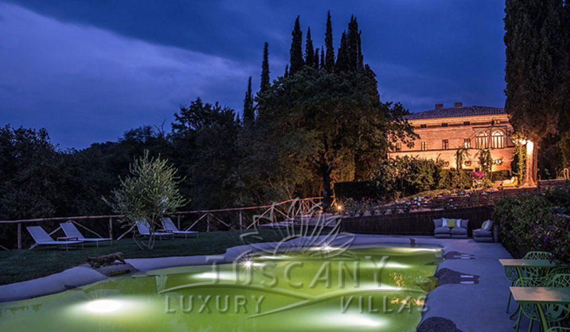 Luxury villa for sale in the hills of Siena with pool and park