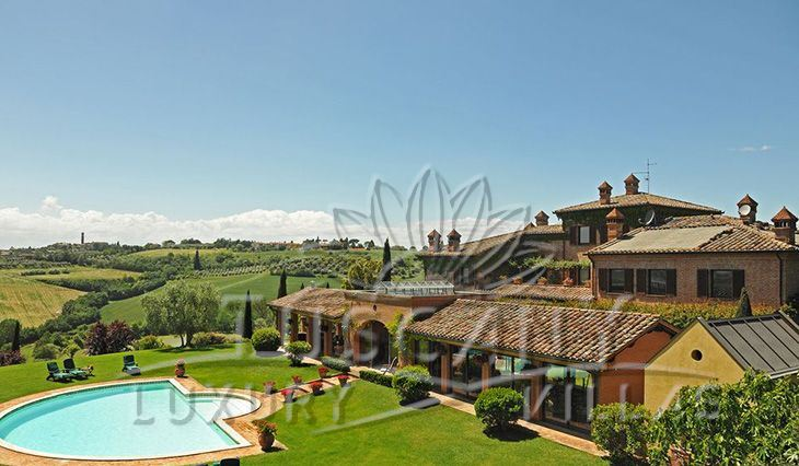 Historic villa for sale near Montepulciano and Trasimeno lake with pool and park