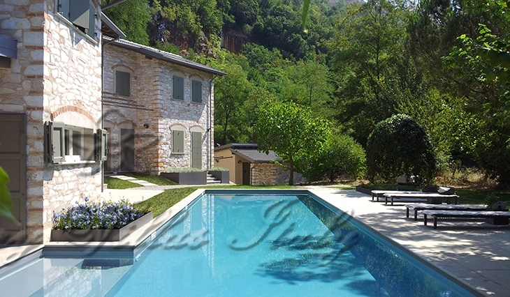 Luxury Tuscan-style farmhouse for sale on the hills of Forte dei Marmi: Outside view
