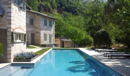 Tuscan farmhouse in the hills of Forte dei Marmi for sale